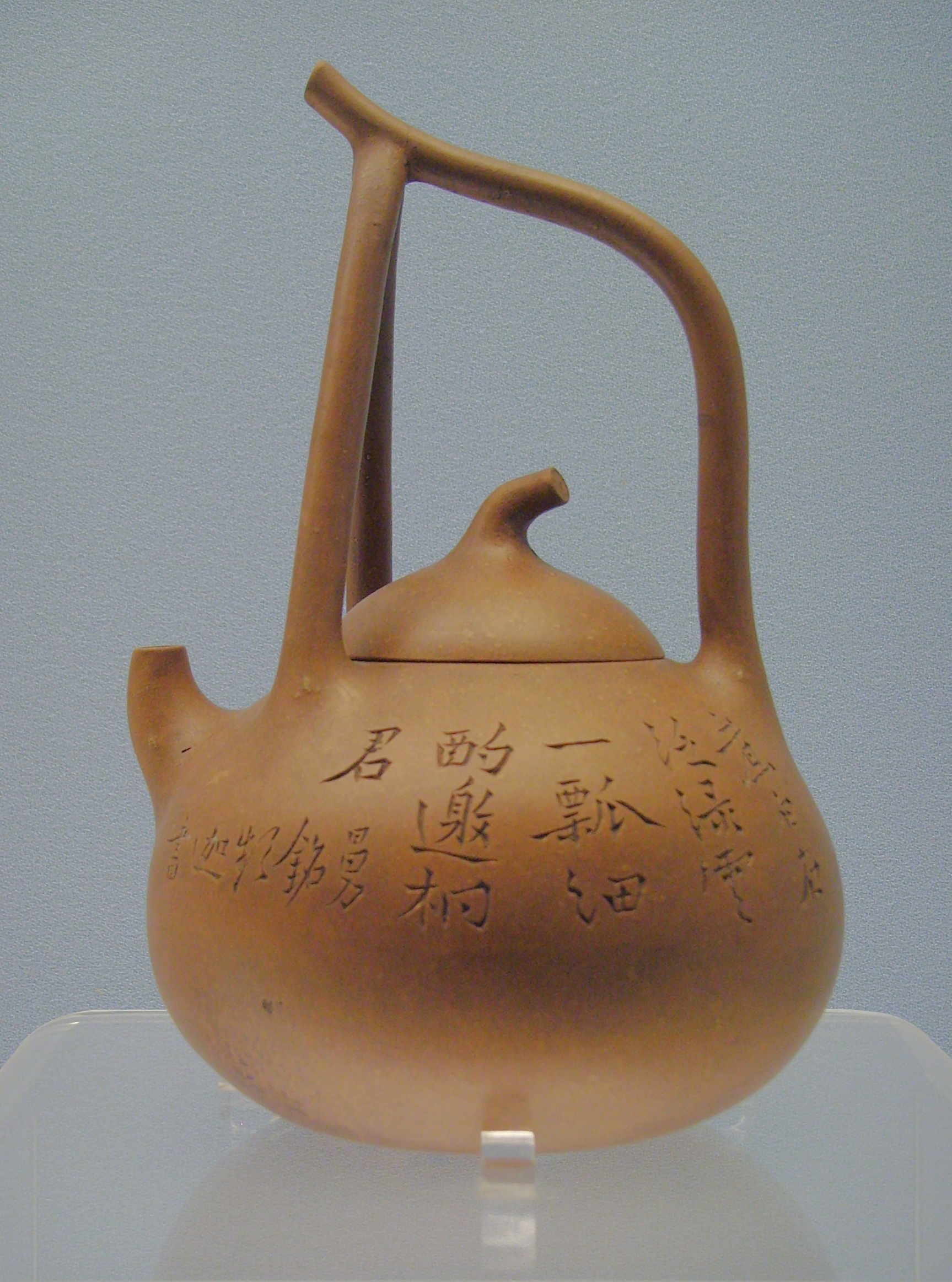 "Shanghai Museum, Shanghai, P. R. of China: Teapot with a looped handle and ""Man Sheng"" Mark; Yixing ware, about 1900. Gerbil, CC BY-SA 3.0 <https://creativecommons.org/licenses/by-sa/3.0>, via Wikimedia Commons"